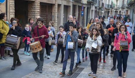 Un moment de la cercavila musical pel carrer Major de Cervera.
