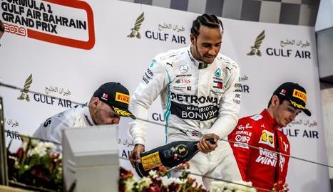 Lewis Hamilton celebra dalt del podi la seua primera victòria de la temporada.