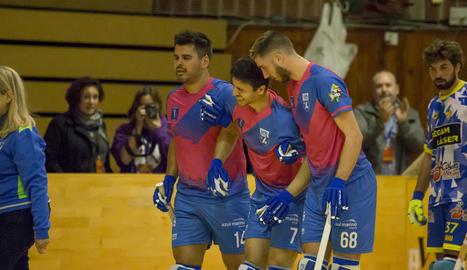 Maxi Oruste es retira lesionat, acompanyat per Xixi i Roberto.