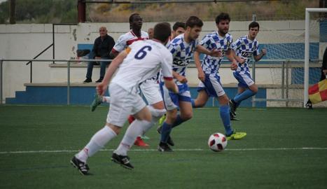 Un jugador del Tamarit condueix la pilota en una acció del partit.