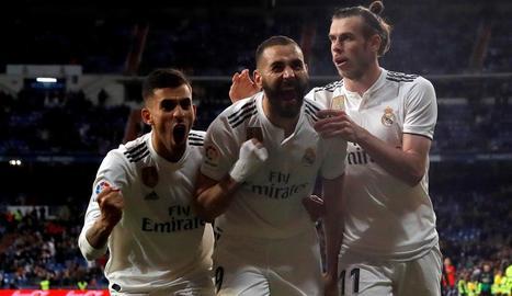 Benzema és felicitat per Ceballos i Bale després de salvar l'equip d'un altre daltabaix.