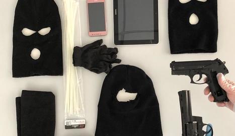 Els agents van intervenir armes i passamuntanyes, entre altres objectes, als domicilis dels dos detinguts.