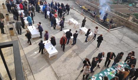 L'esmorzar popular va reunir més d'un miler de persones durant la Fira de l'Oli i la Pedra de Vinaixa.