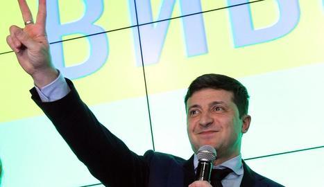 Zelenski s'adreça als seus seguidors després de votar, ahir.
