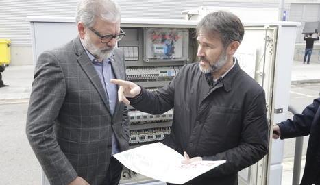 L'alcalde, Fèlix Larrosa, atén a les explicacions del tècnic