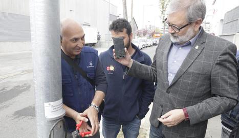 Larrosa mostra el mòbil amb l'avís de robatori de cable al fer un simulacre, ahir.