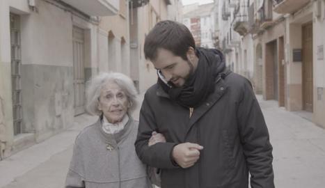 Ricard Ustrell passeja mentre conversa amb la veterana actriu Montserrat Carulla.