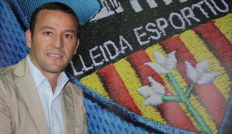 El president del Lleida, Albert Esteve, al costat de l'escut de l'entitat al Camp d'Esports.