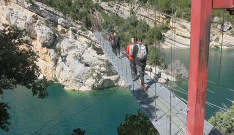 Alguns dels turistes que han creuat el pont el cap de setmana.