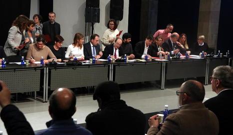 Moment de la firma del pacte durant la taula de diàleg contra el racisme.
