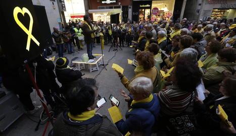 Els cantaires es van concentrar ahir davant de la Paeria per exigir la posada en llibertat dels presos.