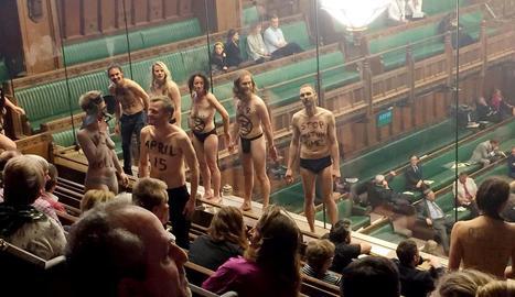 Diversos activistes climàtics es despullen durant el debat del Brexit a la Cambra dels Comuns.