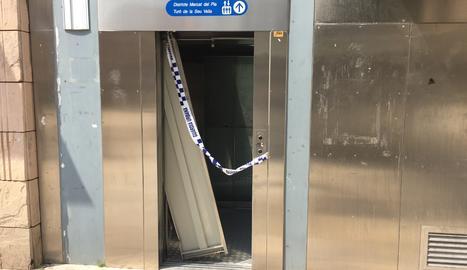 Vandalisme a l'ascensor de la plaça Sant Joan