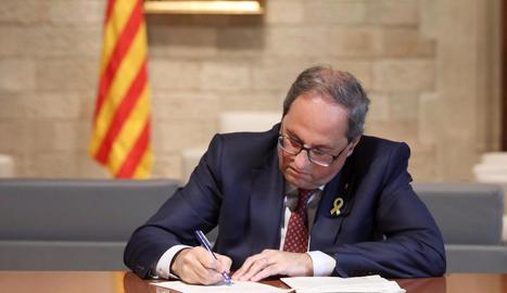 El president Quim Torra firma la notificació de la querella de la Fiscalia per desobediència.