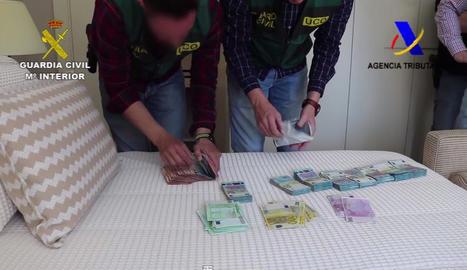 Diners confiscats en un dels escorcolls al domicili d'un dels 21 detinguts en l'operació.