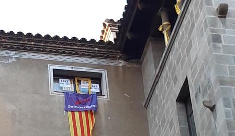 Imatge de la finestra d'ERC i dels llaços de la Crida.
