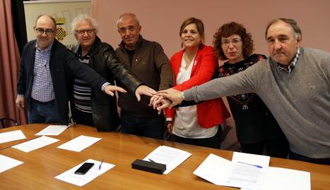 Alcaldes de l'entorn de Mont-rebei i les presidentes dels consells de la Noguera i la Ribagorça encaixant les mans després de signar el conveni de col·laboració.