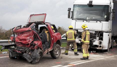 L'accident entre el cotxe i el camió es va produir a les 13.38 hores a la carretera B-100.