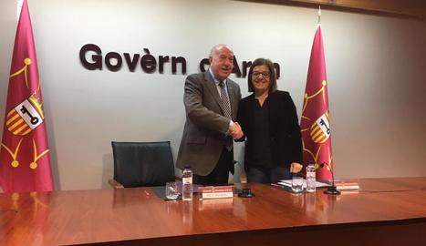 El síndic, Carlos Barrera, i Núria Llorach, de la CCMA, a la firma.
