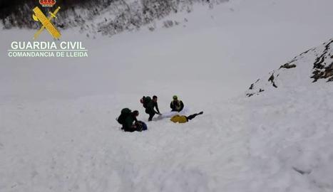 Efectius del GREIM al costat del cos sense vida del muntanyenc.