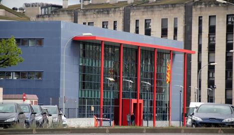 Vista de la comissaria dels Mossos, que han obert una investigació per detenir l'agressor.