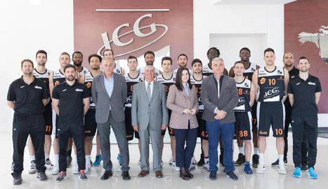 Jugadors, tècnics i directius de l'ICG Força Lleida, ahir durant la visita a la seu del patrocinador principal.