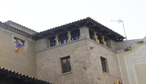 Les banderes i llaços de la façana de la Paeria.