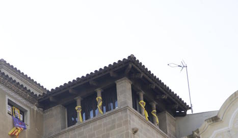 A l'esquerra, les finestres de la Crida a la Paeria ahir sense llaços. A la dreta, una imatge de divendres.
