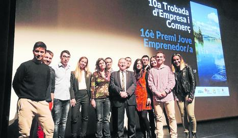 El president del consell del Jussà, amb els candidats al premi al jove emprenedor.