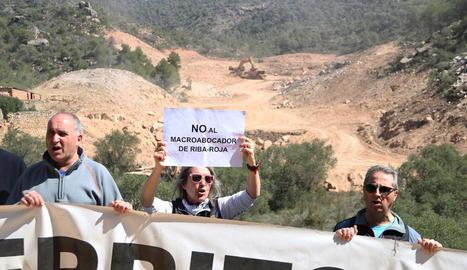Les obres el dia 4 d'aquest mes quan van començar i el mateix punt a la dreta, en la manifestació de dissabte passat contra el projecte.