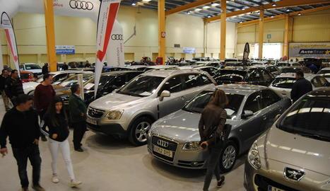 Uns 700 vehicles a la venda - El recinte firal de la capital del Pla d'Urgell va acollir durant tot el cap de setmana un total de 700 vehicles de segona mà a la venda, dels quals 438 són cotxes i 235 tractors i tota mena de maquinària agrícol ...