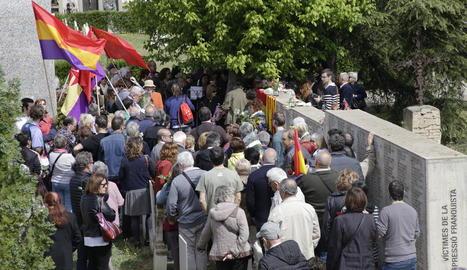 Els assistents a l'acte per recordar els que van morir defensant la Segona República.