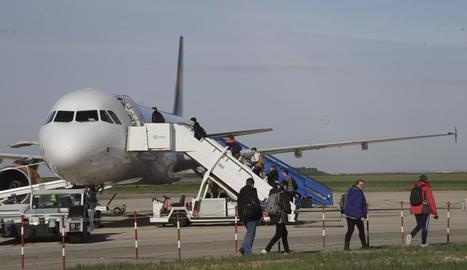 Els últims passatgers a agafar el vol cap a la Gran Bretanya.