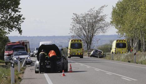 Accident entre dos vehicles a l'N-240 al seu pas pel terme de Lleida, ahir.