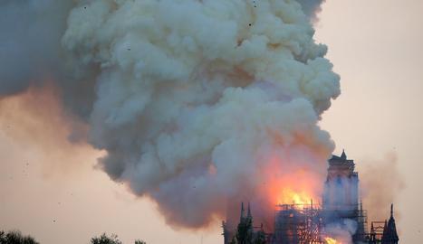 El foc ensorra l'agulla i part de la coberta de l'emblemàtica catedral de París.