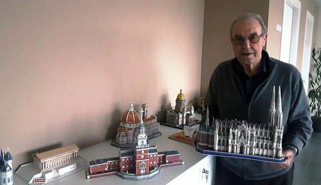 Daniel Marín amb algunes de les seues maquetes.