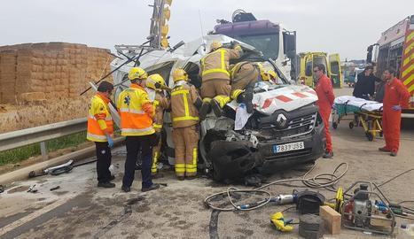 Un camió va quedar ahir calcinat al col·lidir amb un turisme a la C-53 a Bellcaire d'Urgell.
