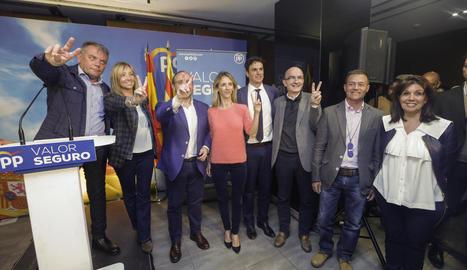 Cayetana Álvarez de Toledo i Alejandro Fernández (centre) amb membres del PP de Lleida.