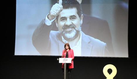 Laurà Borras en un acte ahir amb una imatge del candidat Jordi Sànchez darrere.