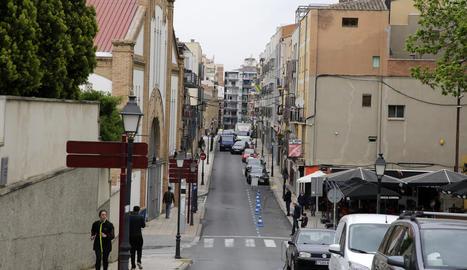 Vista general del carrer Sant Martí, que enllaça Prat de la Riba amb el Barri Antic.