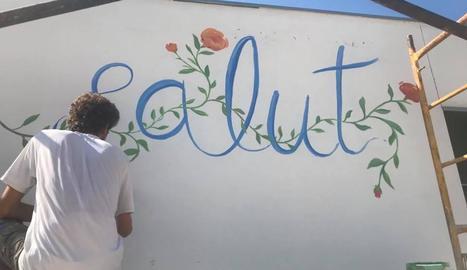 L'artista Swen Schmitz, pintant un dels murals.