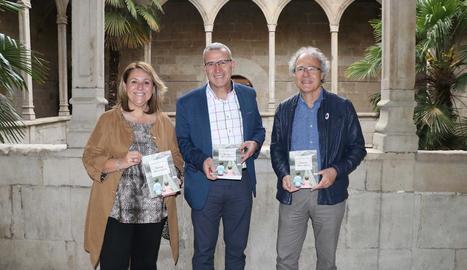 Rosa Pujol, Francés Boya i Antoni Balasch, dimecres a l'IEI. A la dreta, el geòleg Joan Rosell, dimecres a la biblioteca de Tremp.