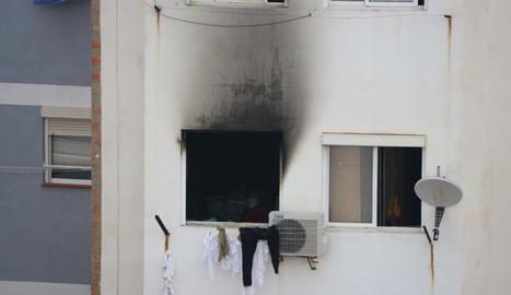 Així va quedar la façana a l'altura del pis en el qual es va originar l'incendi a l'Hospitalet de Llobregat.