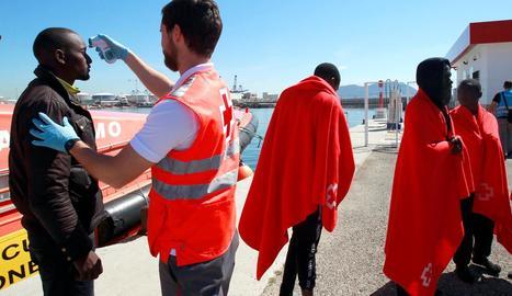 Membres de la Creu Roja atenent immigrants.