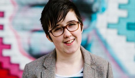 Imatge de Lyra McKee, la jove periodista assassinada, i el lloc on va morir a trets a Derry.