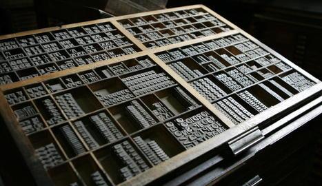 eines. Calaix de composició tipogràfica amb lletres de cos 48 (a sota). Taules per posar motllos per anar a màquines (esq.)