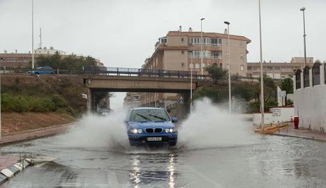 Un cotxe circula per un carrer negat de Torrevella.