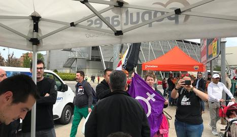 Manifestants davant de la carpa del PP i la de Cs al fons.