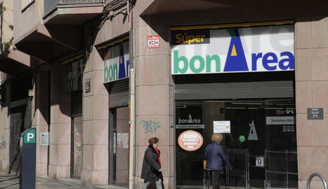 BonÀrea és la cadena que obre més establiments els festius al matí. A la dreta, una de les quatre farmàcies que treballen els diumenges i festius.