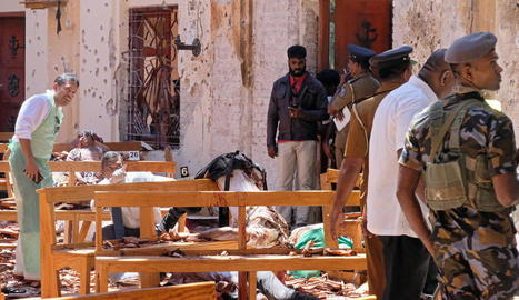 Imatge dels serveis d'investigació a l'interior de l'església de Saint Sebastian Katuwapitiya de Negombo.